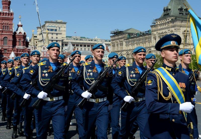 Cadets de l'académie d'Armée de l'Air pendant le défilé sur la place rouge en l'honneur de Victory Day images stock