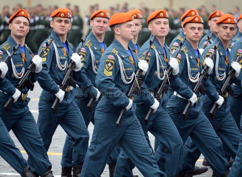Cadets de l'acad?mie de la protection civile d'EMERCOM de la Russie pendant le d?fil? sur la place rouge en l'honneur du jour de  images libres de droits