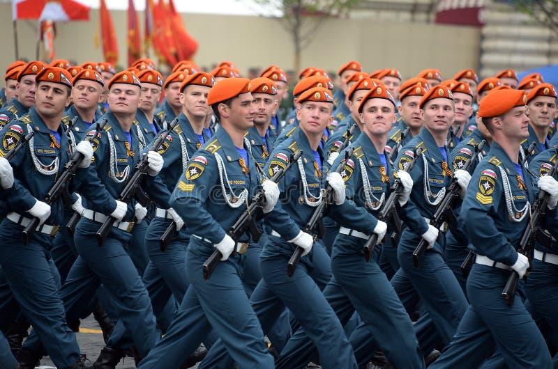 Cadets de l'acad?mie de la protection civile d'EMERCOM de la Russie pendant le d?fil? sur la place rouge en l'honneur du jour de  image libre de droits