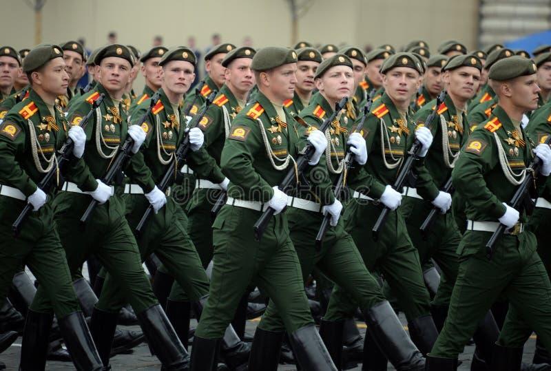Cadets de l'?cole plus haute de commandement militaire de Moscou pendant un d?fil? sur la place rouge en l'honneur de Victory Day photo libre de droits