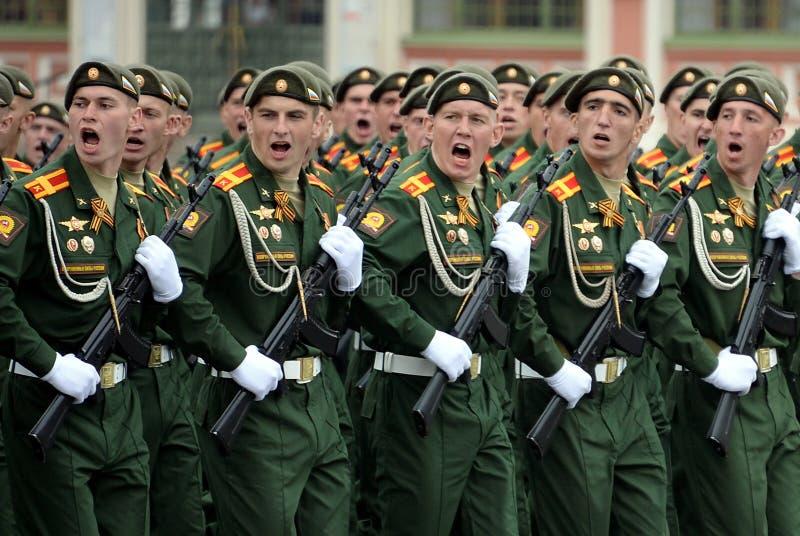 Cadets de l'?cole plus haute de commandement militaire de Moscou pendant un d?fil? sur la place rouge en l'honneur de Victory Day photographie stock libre de droits