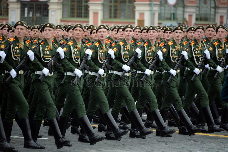 Cadets de l'?cole plus haute de commandement militaire de Moscou pendant un d?fil? sur la place rouge en l'honneur de Victory Day images libres de droits