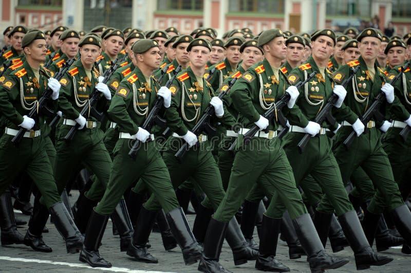 Cadets de l'?cole plus haute de commandement militaire de Moscou pendant un d?fil? sur la place rouge en l'honneur de Victory Day photos libres de droits