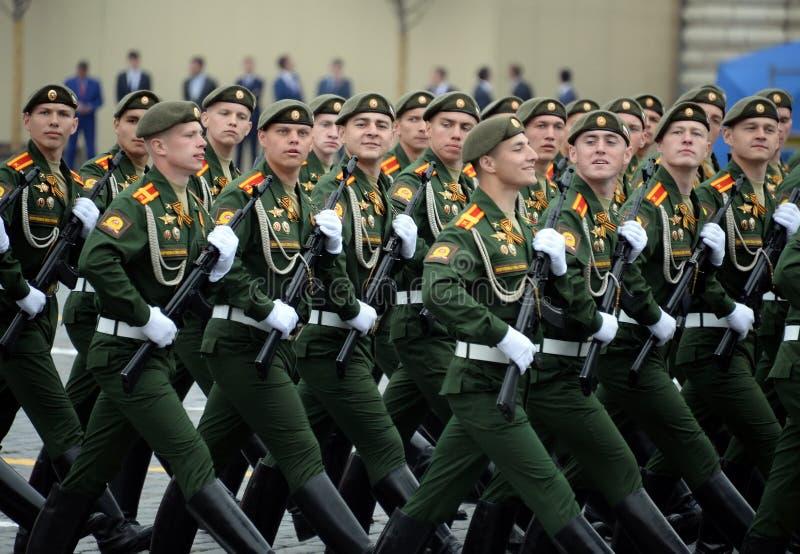 Cadets de l'?cole plus haute de commandement militaire de Moscou pendant un d?fil? sur la place rouge en l'honneur de Victory Day photos stock