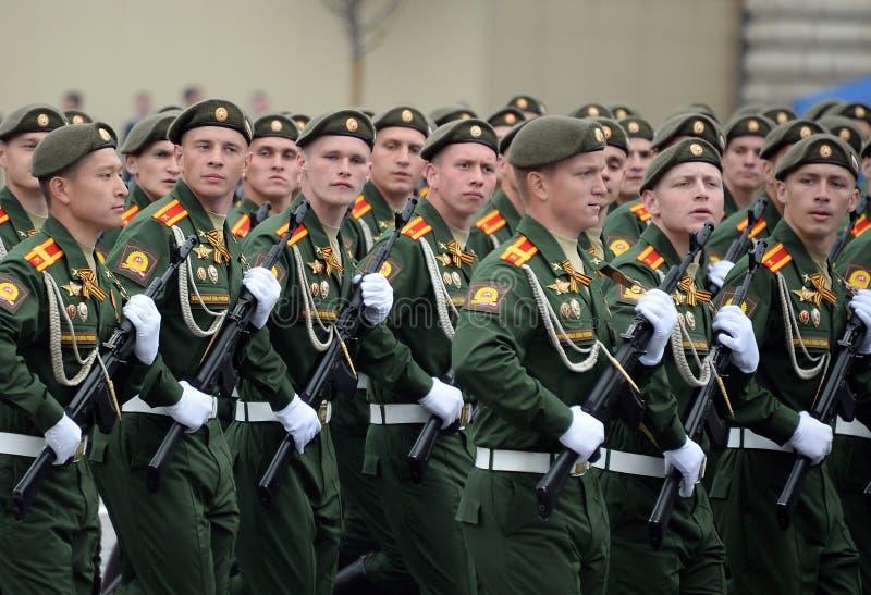 Cadets de l'?cole plus haute de commandement militaire de Moscou pendant un d?fil? sur la place rouge en l'honneur de Victory Day photographie stock