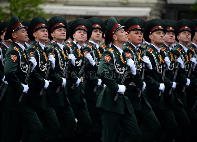 Cadets de l'institut militaire de Saratov des troupes de garde nationale à la répétition générale du défilé sur la place rouge image stock