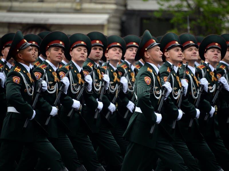 Cadets de l'institut militaire de Saratov des troupes de garde nationale à la répétition générale du défilé sur la place rouge photos stock