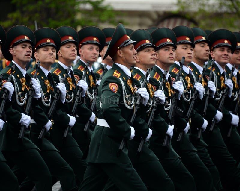 Cadets de l'institut militaire de Saratov des troupes de garde nationale à la répétition générale du défilé sur la place rouge photographie stock