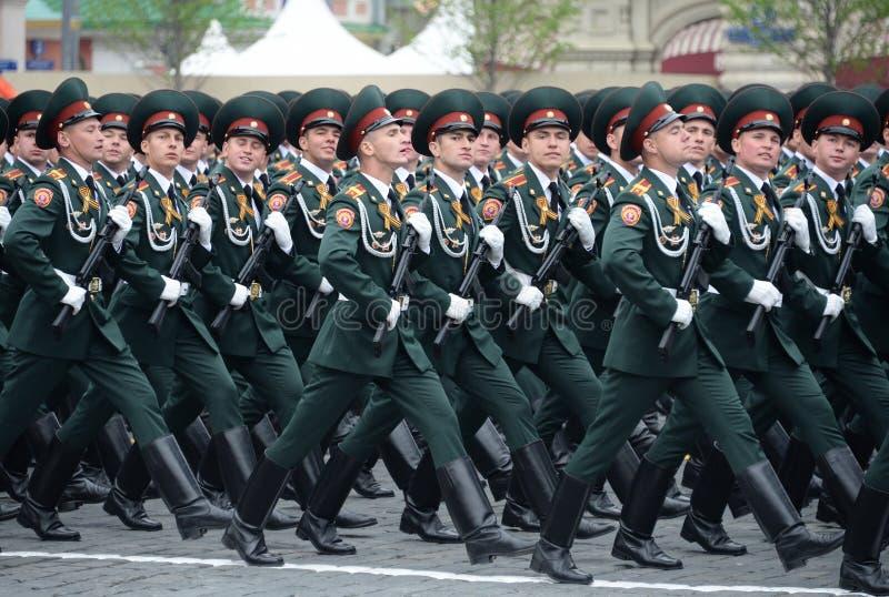 Cadets de l'institut militaire de Saratov des troupes de garde nationale au défilé en l'honneur du jour de victoire images stock