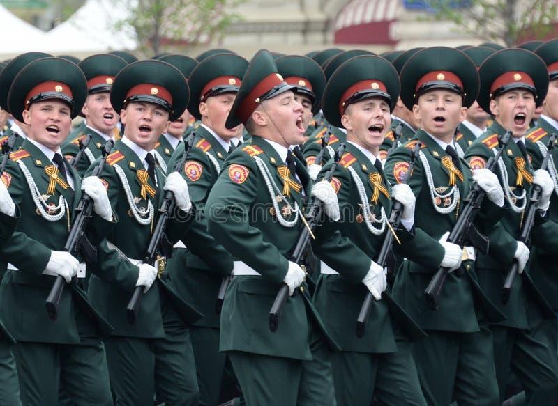 Cadets de l'institut militaire de Saratov des troupes de garde nationale au défilé en l'honneur du jour de victoire photographie stock libre de droits