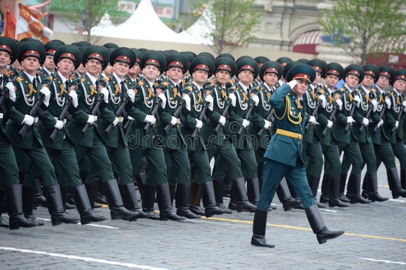 Cadets de l'institut militaire de Saratov des troupes de garde nationale au défilé en l'honneur du jour de victoire photos libres de droits