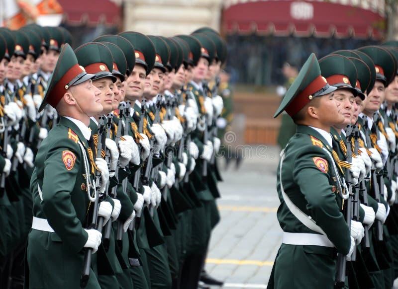 Cadets de l'institut militaire de Saratov des troupes de garde nationale au défilé en l'honneur du jour de victoire image stock