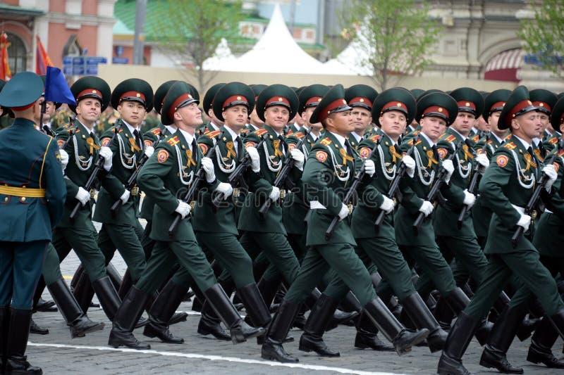 Cadets de l'institut militaire de Saratov des troupes de garde nationale au défilé en l'honneur du jour de victoire photographie stock