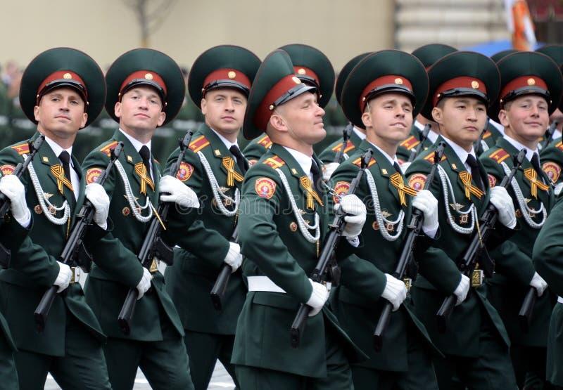 Cadets de l'institut militaire de Saratov des troupes de garde nationale au défilé en l'honneur du jour de victoire images libres de droits