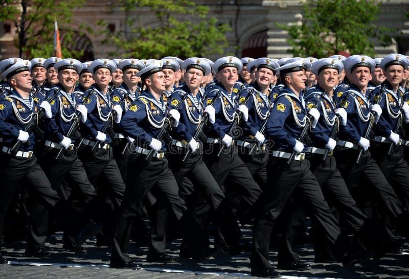 Cadets de l'institut naval baltique baptisé du nom de Fedor Ushakov pendant le défilé sur la place rouge en l'honneur de Victory  images libres de droits