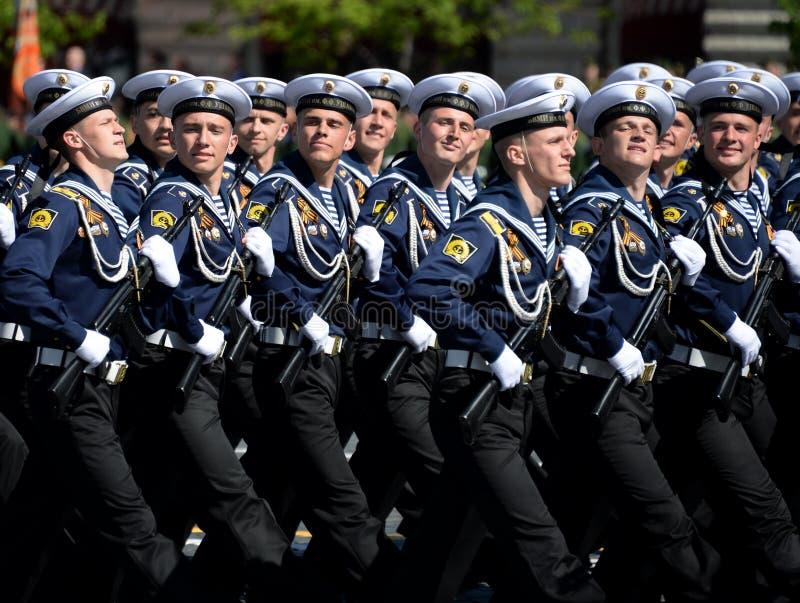 Cadets de l'institut naval baltique baptisé du nom de Fedor Ushakov pendant le défilé sur la place rouge en l'honneur de Victory  photographie stock