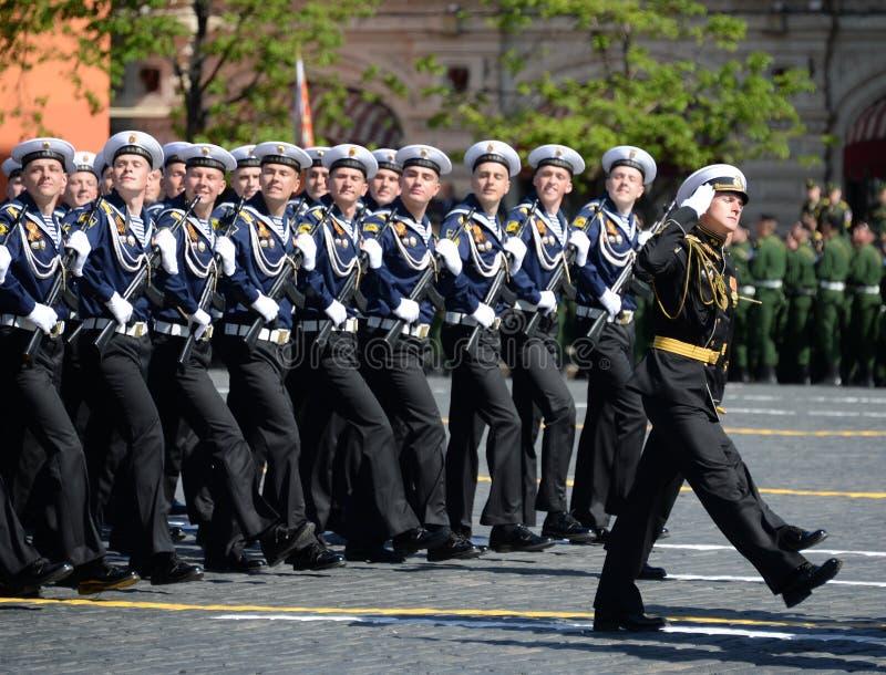 Cadets de l'institut naval baltique baptisé du nom de Fedor Ushakov pendant le défilé sur la place rouge en l'honneur de Victory  images stock