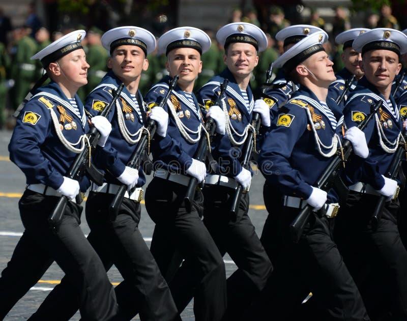 Cadets de l'institut naval baltique baptisé du nom de Fedor Ushakov pendant le défilé sur la place rouge en l'honneur de Victory  image libre de droits