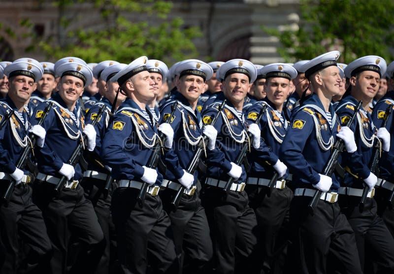 Cadets de l'institut naval baltique baptisé du nom de Fedor Ushakov pendant le défilé sur la place rouge en l'honneur de Victory  photos stock