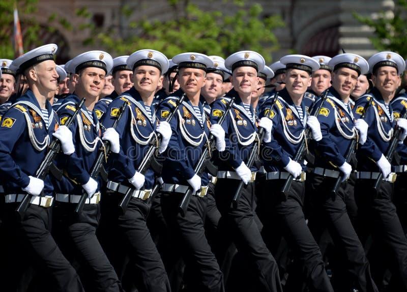 Cadets de l'institut naval baltique baptisé du nom de Fedor Ushakov pendant le défilé sur la place rouge en l'honneur de Victory  photographie stock libre de droits