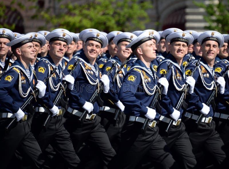 Cadets de l'institut naval baltique baptisé du nom de Fedor Ushakov pendant le défilé sur la place rouge en l'honneur de Victory  photos libres de droits