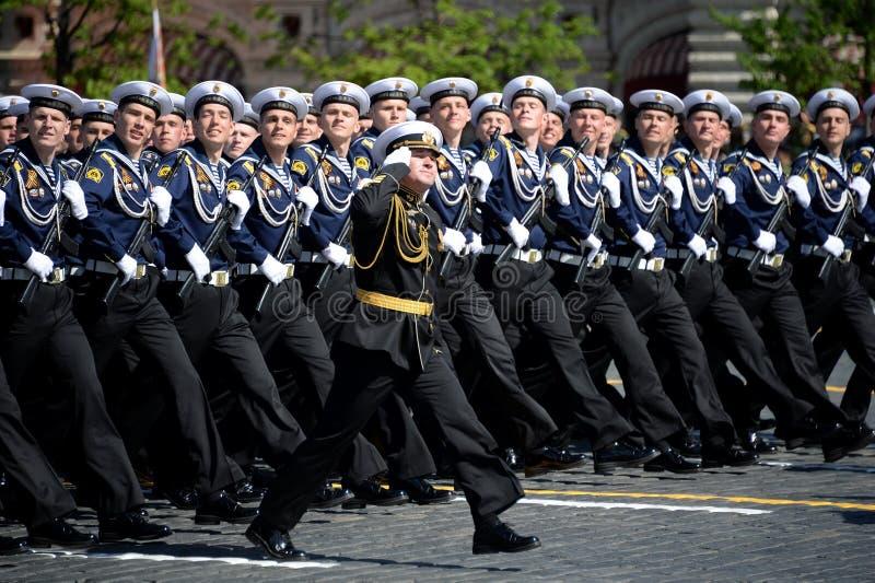 Cadets de l'institut naval baltique baptisé du nom de Fedor Ushakov pendant le défilé sur la place rouge en l'honneur de Victory  image stock