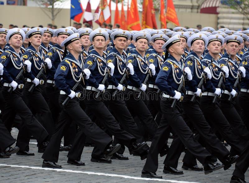 Cadets de l'institut polytechnique naval pendant le défilé sur la place rouge en l'honneur du jour de victoire photographie stock libre de droits