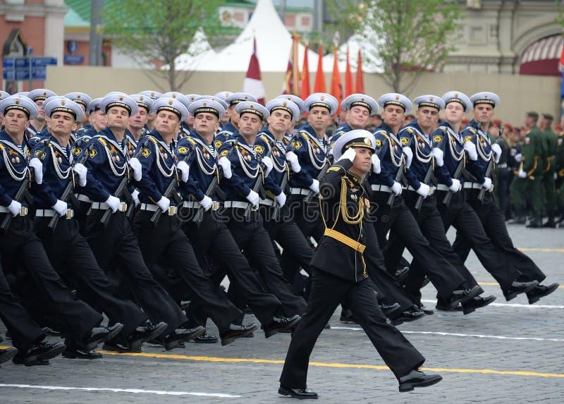 Cadets de l'institut polytechnique naval pendant le défilé sur la place rouge en l'honneur du jour de victoire photo stock