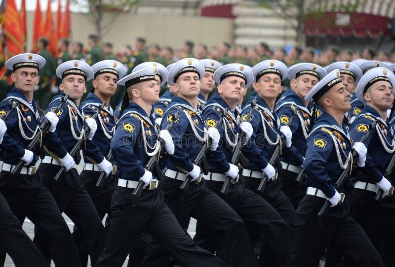 Cadets de l'institut polytechnique naval pendant le défilé sur la place rouge en l'honneur du jour de victoire photographie stock