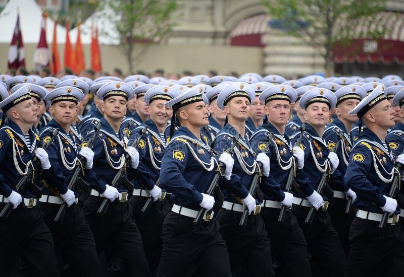 Cadets de l'institut polytechnique naval pendant le défilé sur la place rouge en l'honneur du jour de victoire image libre de droits