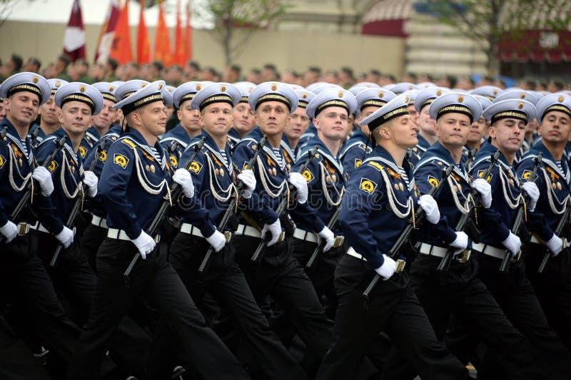 Cadets de l'institut polytechnique naval pendant le défilé sur la place rouge en l'honneur du jour de victoire photos stock