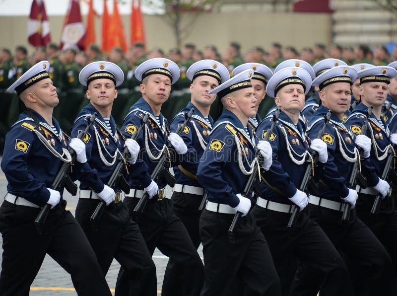 Cadets de l'institut polytechnique naval pendant le défilé sur la place rouge en l'honneur du jour de victoire photo libre de droits
