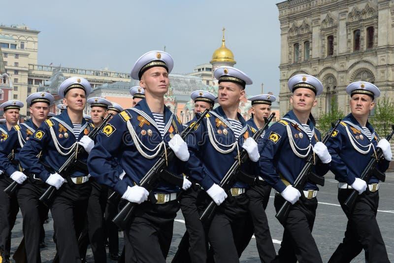 Cadets de l'institut polytechnique naval pendant le défilé sur la place rouge en l'honneur du jour de victoire photos libres de droits