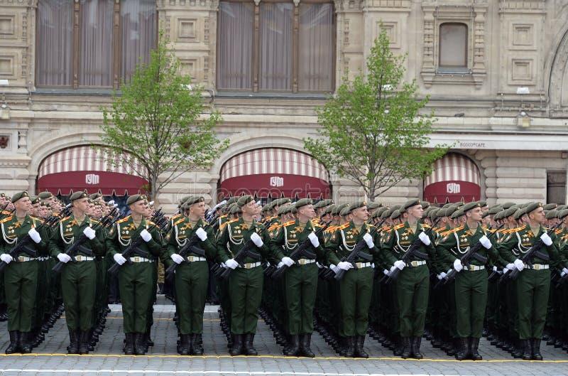 Cadets de l'université militaire du Ministère de la Défense de la Fédération de Russie pendant le défilé sur la place rouge dedan image libre de droits