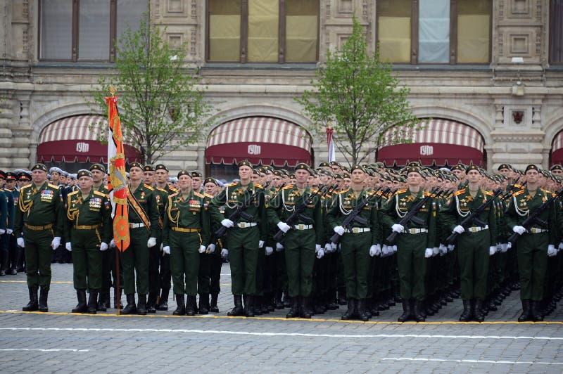 Cadets de l'université militaire du Ministère de la Défense de la Fédération de Russie pendant le défilé sur la place rouge dedan photo stock