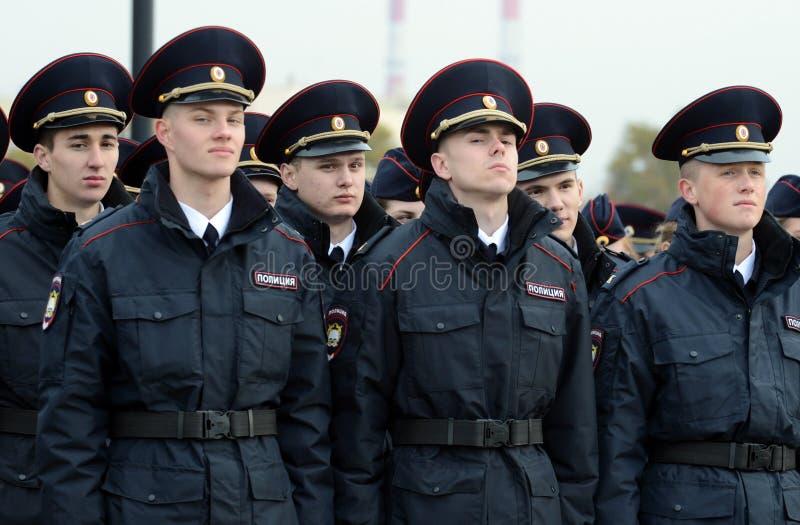 Cadets de la police de l'université de loi de Moscou du ministère des affaires intérieures de la Russie sur le bâtiment cérémonie images libres de droits