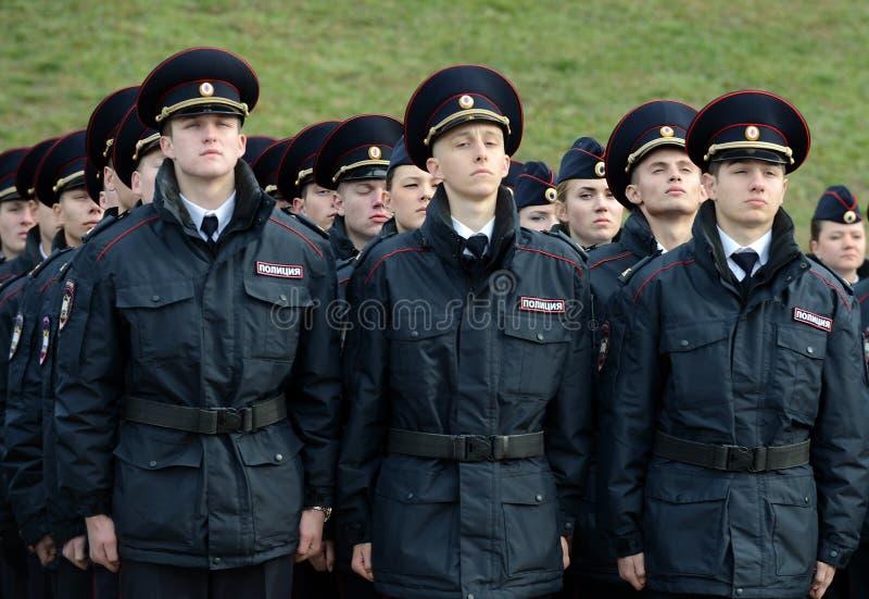 Cadets de la police de l'université de loi de Moscou du ministère des affaires intérieures de la Russie sur le bâtiment cérémonie photo stock