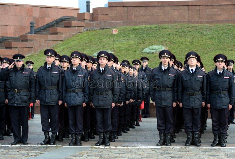 Cadets de la police de l'université de loi de Moscou du ministère des affaires intérieures de la Russie sur le bâtiment cérémonie image stock