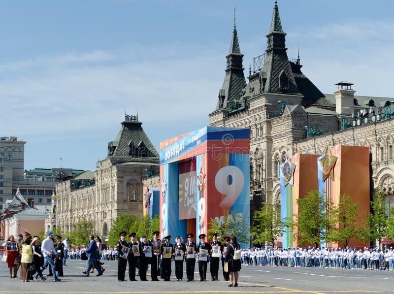 Cadets de Moscou sur la place rouge du capital pendant la célébration de Victory Day image libre de droits