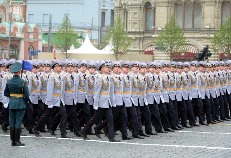 Cadets de police de l'université de Moscou du ministère de l'Intérieur pendant le défilé sur la place rouge en l'honneur du jour  photos libres de droits