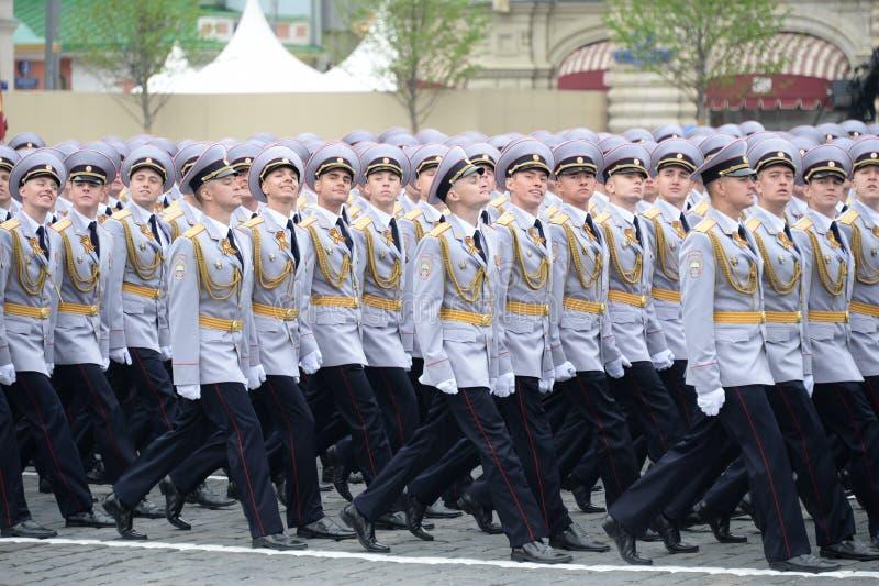 Cadets de police de l'université de Moscou du ministère de l'Intérieur pendant le défilé sur la place rouge en l'honneur du jour  images stock