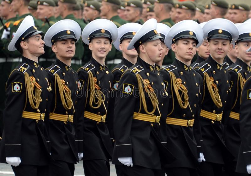 Cadets des corps militaires de cadet naval de Kronstadt pendant le d?fil? sur la place rouge en l'honneur du jour de victoire image libre de droits