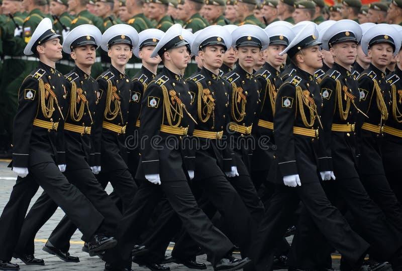 Cadets des corps militaires de cadet naval de Kronstadt pendant le d?fil? sur la place rouge en l'honneur du jour de victoire photographie stock libre de droits
