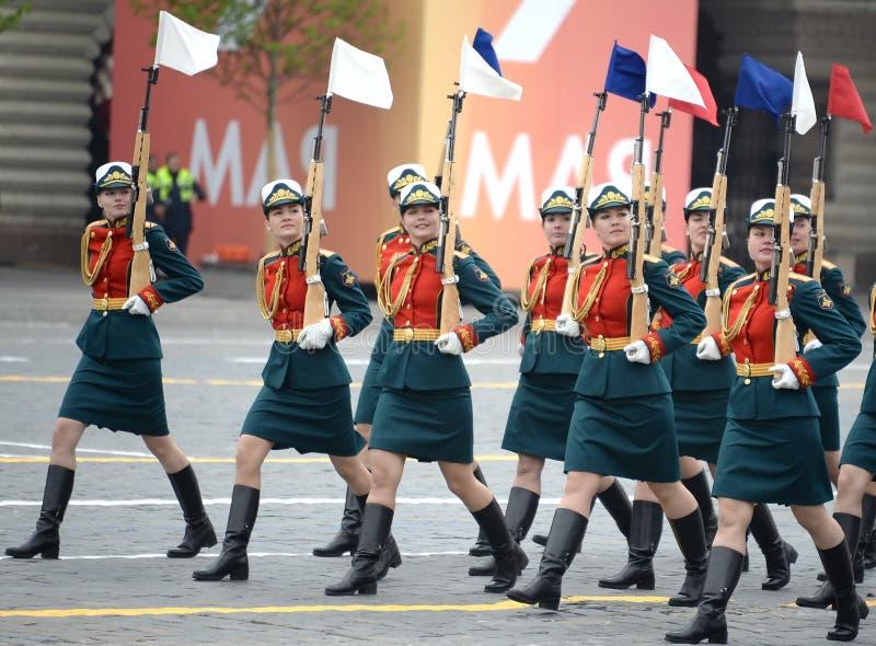 Cadets féminins de l'université militaire du Ministère de la Défense de la Russie pendant le défilé sur la place rouge images stock