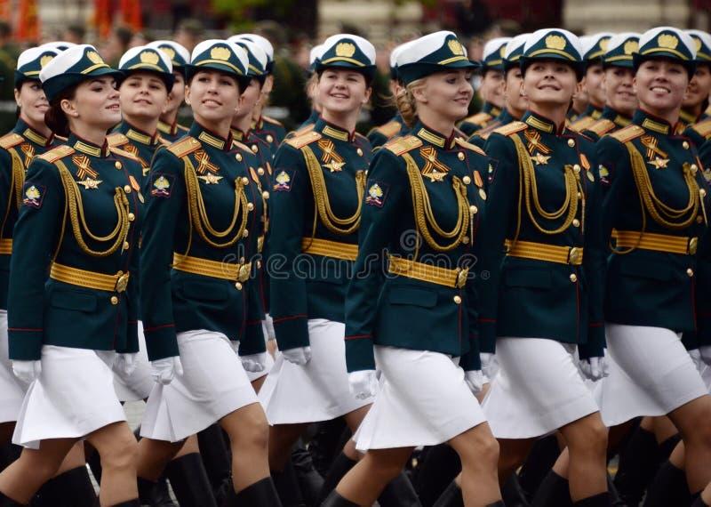 Cadets féminins de l'université militaire et de l'institut militaire de Volsky de l'appui matériel pendant la répétition du défil photographie stock