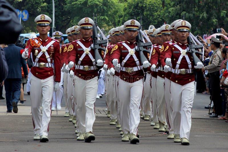 Cadets indonésiens de police marchant avec le fusil images libres de droits
