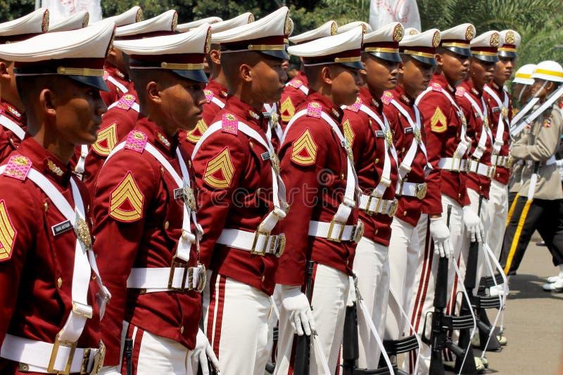 Cadets indonésiens de police marchant avec le fusil photographie stock