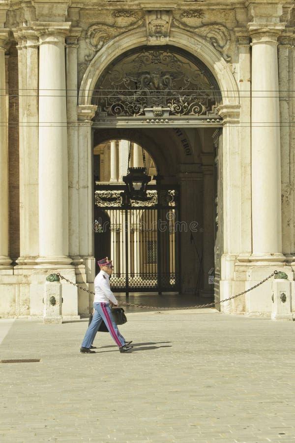 Cadets italiens d'armée marchant devant la porte historique de l'armée acadamy photographie stock