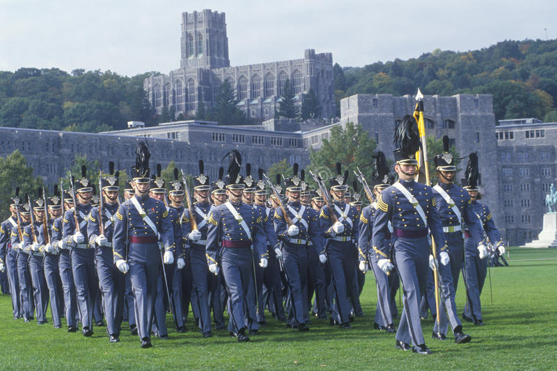 Cadets marchant dans la formation photos stock