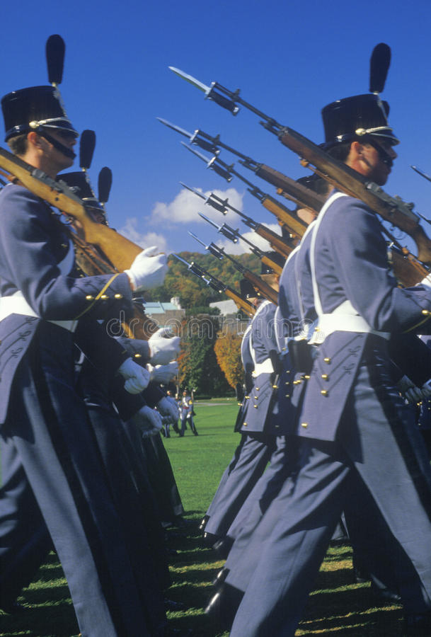 Cadets marchant dans la formation photo stock